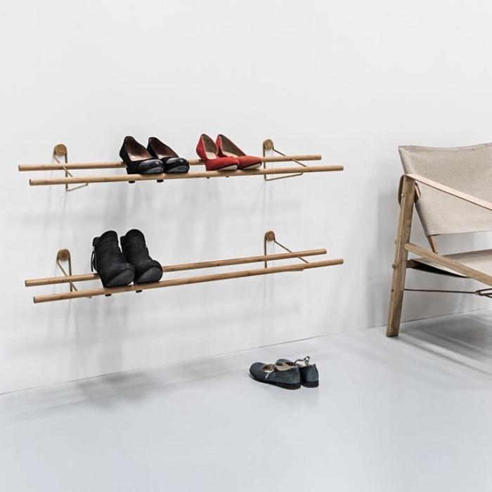 des étagères à chaussures murales au design minimaliste composées de deux tiges en bois, un meuble de rangement chaussures pas cher qui permet d'optimiser l'espace vertical