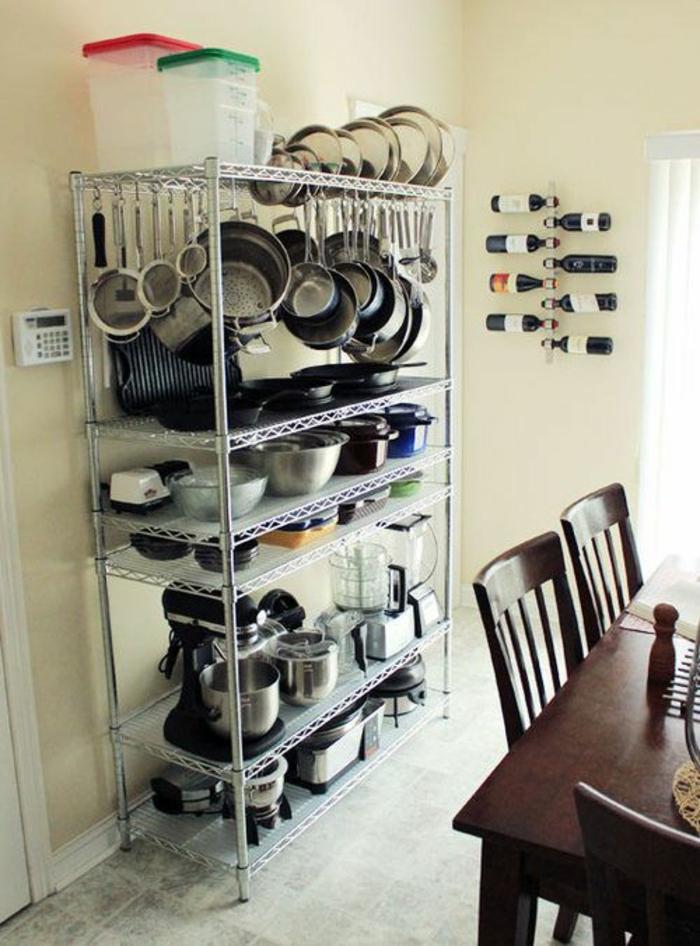 meuble cuisine rangement, idée rangement cuisine, meuble en métal couleur argent avec des étagères qui contiennent tous les ustensiles nécessaires pour cuisiner