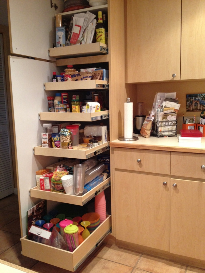 etagere cuisine coulissante dans un haut placard, amenagement placard cuisine, carrelage marron clair, meuble beige, espaces gain de place optimisés