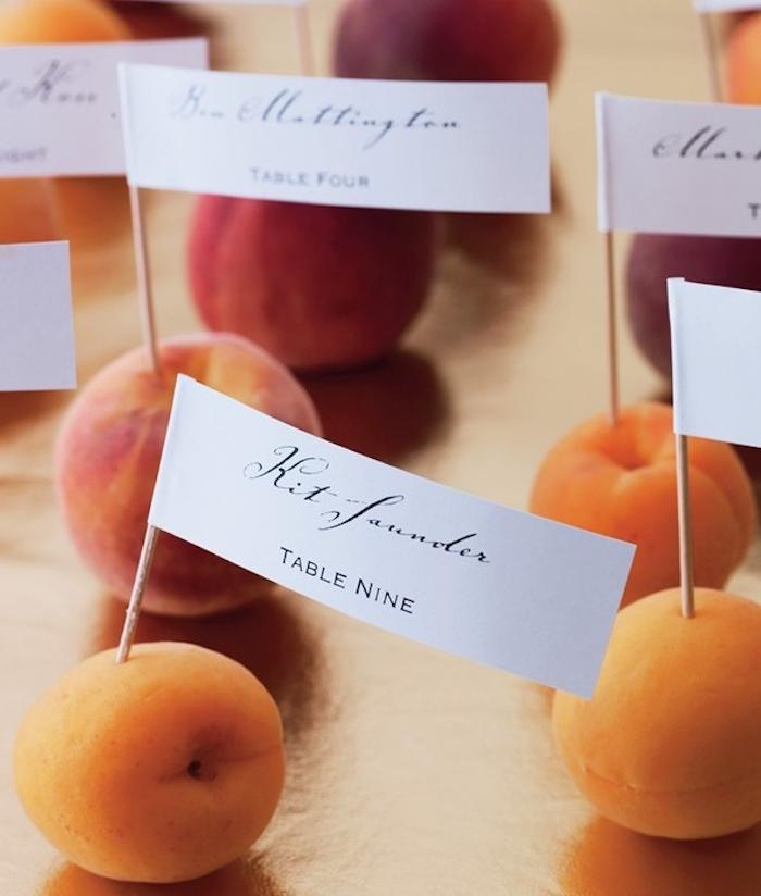 etiquette mariage blanc imprimé sur cure dent planté dans une abricot ou pêche pour un mariage été