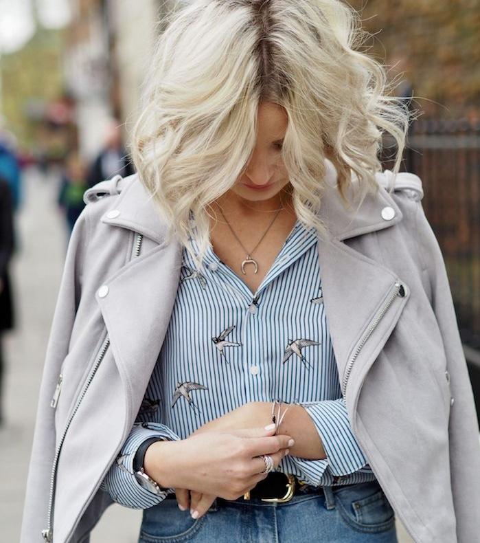 carré ondulé femme cheveux blond avec raie au milieu, style de coiffure boheme chic et élégante