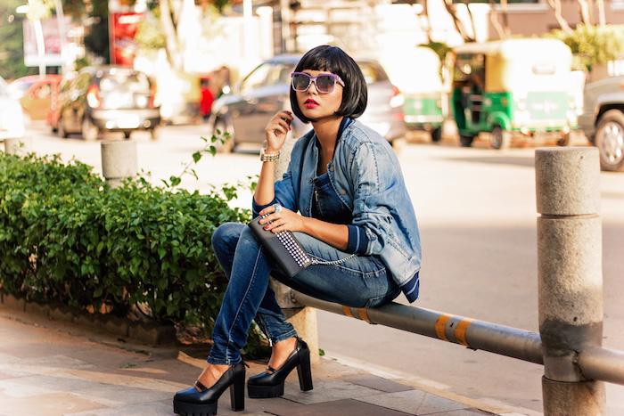 modele de carré plongeant avec frange courte à la francáise, tenue femme stylée de ville en jean et lunettes de soleil tendance