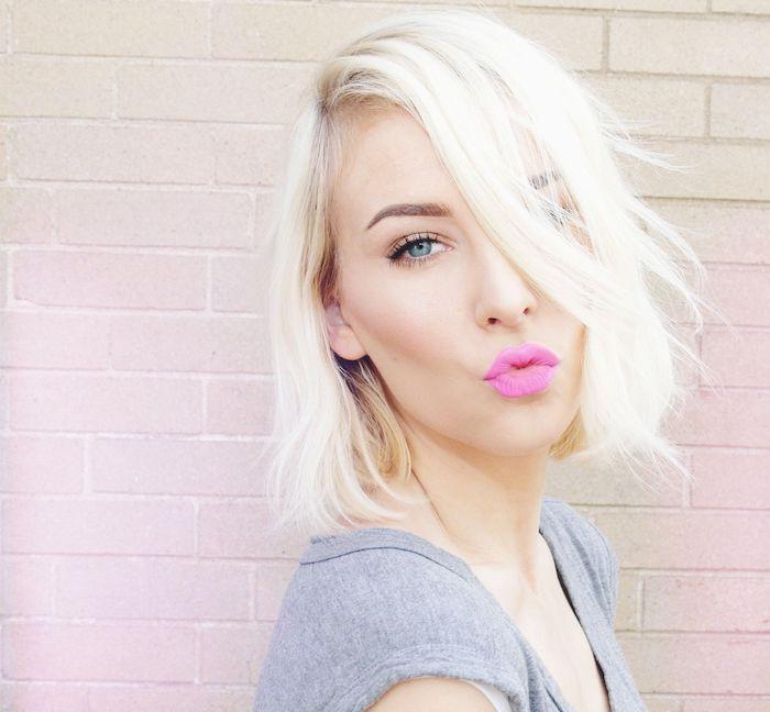 coupe courte cheveux fins, carré court blond avec mèche sur le coté tombant sur le front, maquillage léger