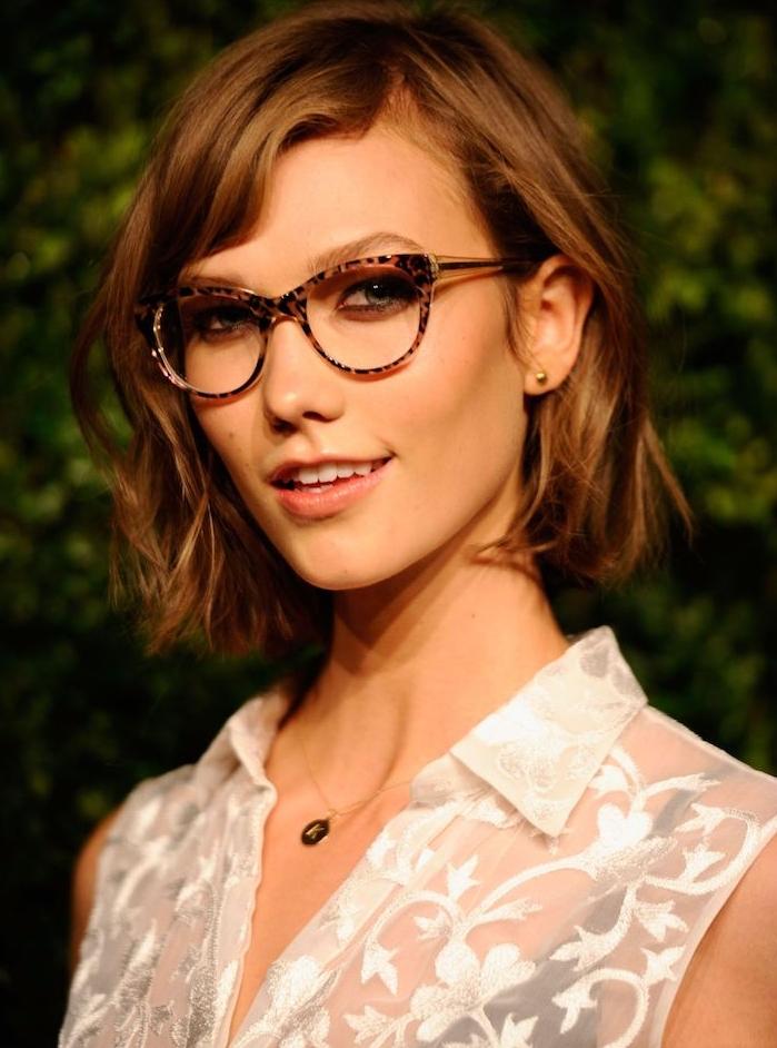 coupe de cheveux carré avec des boucles subtiles et frange asymétrique, lunettes de vue tendance, chemise transparente blanche