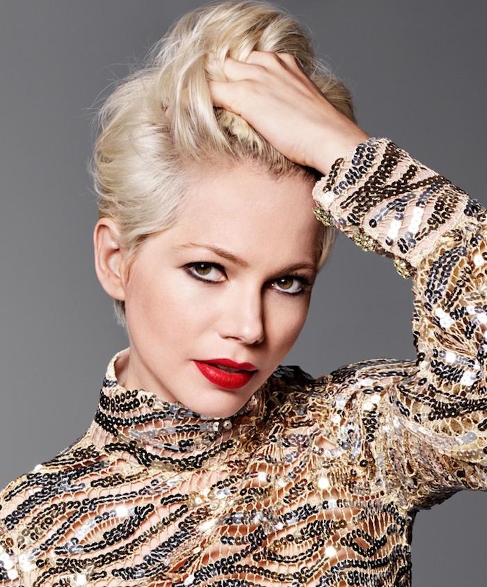 coupe pixie avec des cheveux longs sur le dessus, coloration blond polaire, chemise pailletée, maquillage de soirée