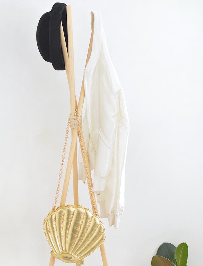 idée de porte manteau scandinave en poteaux de bois clair pour accrocher des vetements et accessoires originaux