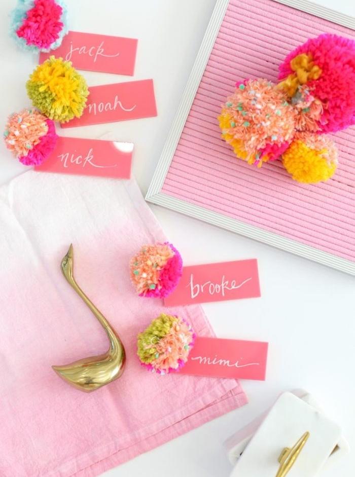 étiquette rose attachée à un pompon coloré, serviette ombré rose, idée marque place a faire soi meme facilement