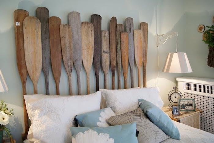 diy tete de lit en avirons de bois, coussins décoratifs bleu et blanc, mur peinture bleu clair, table de nuit avec accessoires vintage