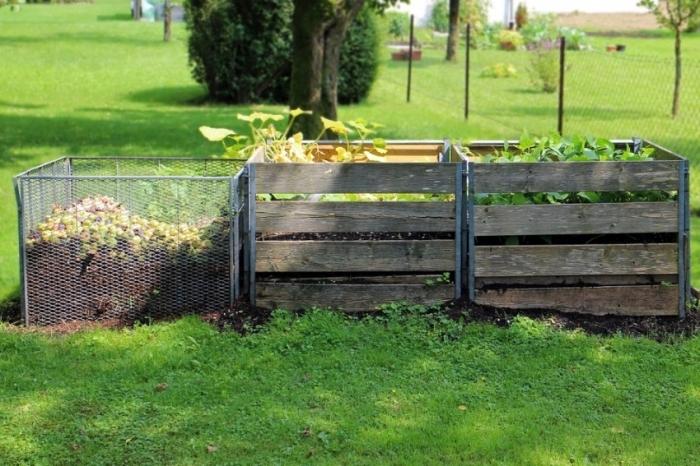 modèle de composteur en bois et grillage dans le jardin, construire son propre composteur palette ou bois massif