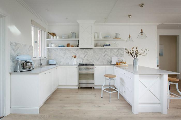 credence cuisine style marbre en carrelage blanc gris pour décoration blanche
