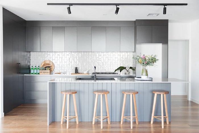 carrelage cuisine mur pour crédence blanc brillant et meubles gris anthracite modernes