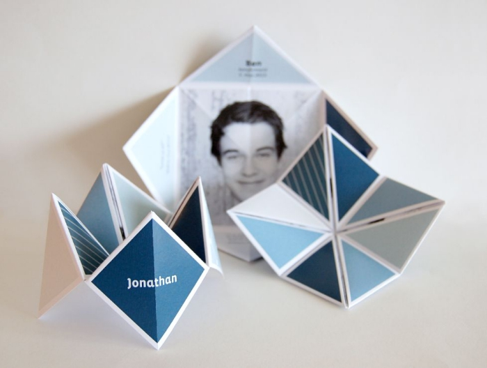 un marque-place en cocotte papier personnalisé avec une photo au fond du modèle, à motifs géométriques tendance