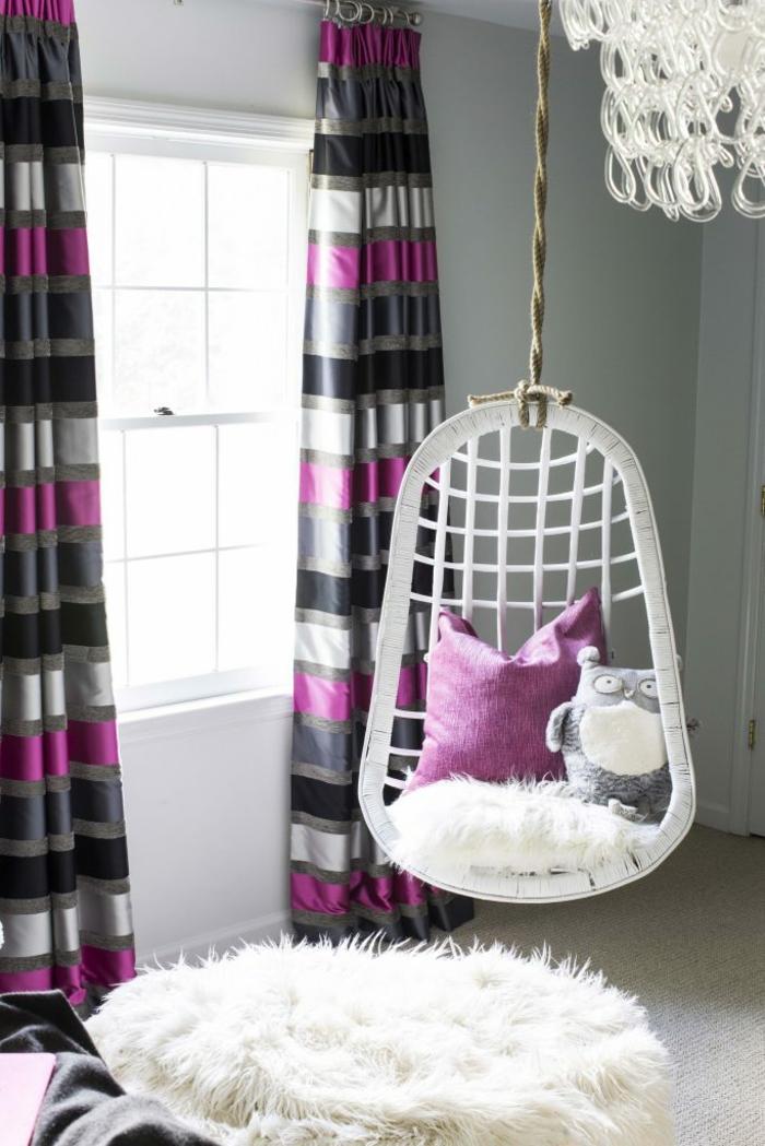 voici comment décorer sa chambre, ikea chambre fille, déco chambre ado fille, fauteuil coque suspendu en rotin blanc, luminaire aux pampilles en plastique transparent, rideaux aux rayures verticales en gris métallique et fuchsia