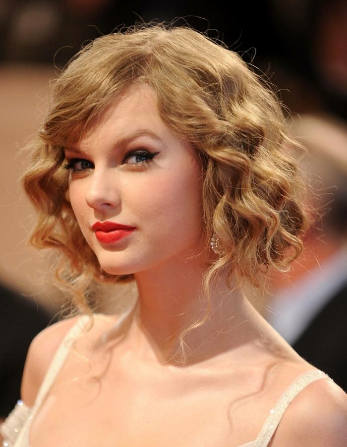 faux carré plongeant porté par Taylor Swift, petites mèches librement tombantes
