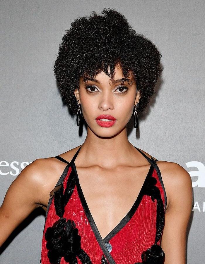 coupe afro femme avec des boucles avec volume sur le dessus, cheveux crépus naturelles, robe rouge et noir