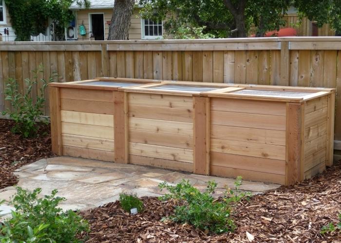 faire du compost dans son jardin, comment construire un grand composteur avec planches de bois et couvercles