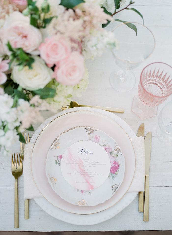 Deco table mariage champetre centre de table mariage déco simple et élégante romantique déco fleurs et ustensiles de cuisine dorés
