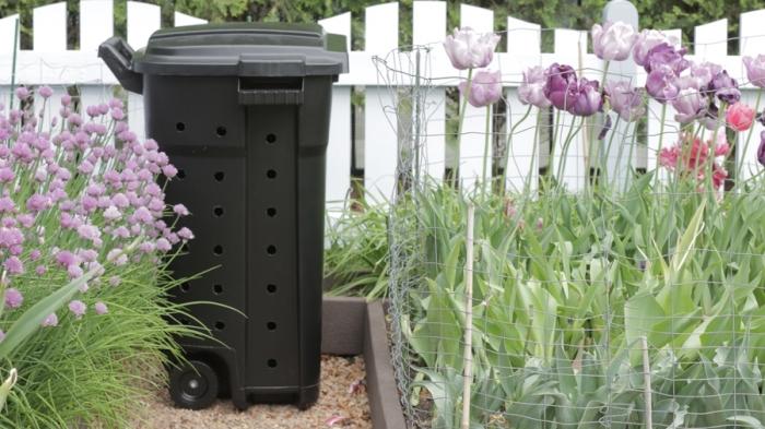 idée où placer son composteur de jardin en plastique, modèle de récipient compostage en plastique noir avec couvercle