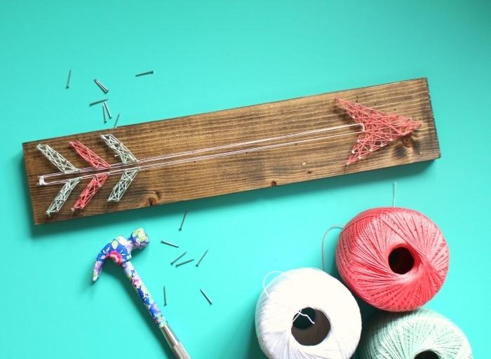 modèle d'objet DIY fait main avec planche de bois et fil en forme de flèche, activité manuelle facile pour faire une déco d'intérieur