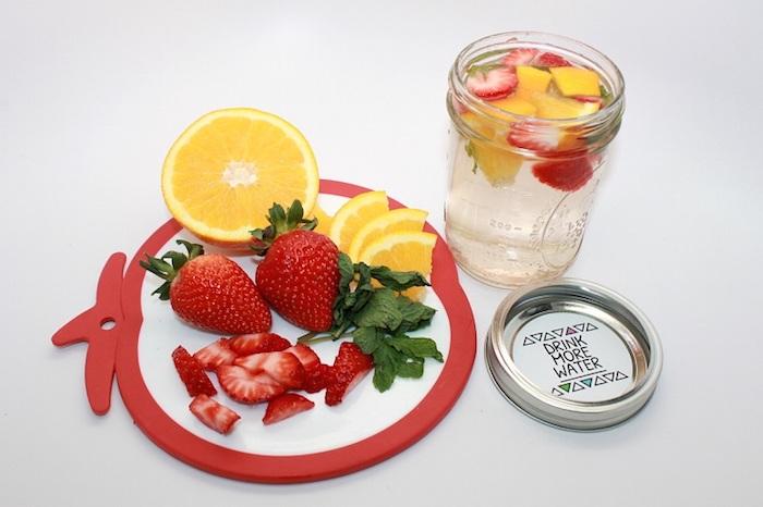 La meilleure boisson pour détoxifier son corps chouette boisson detox à faire soi même produit detox citron menthe et fraises