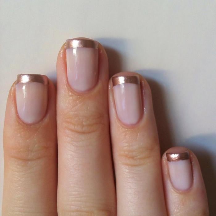 réussir l'ongle french avec bord cuivré métallique, ongles roses pales, forme carrée