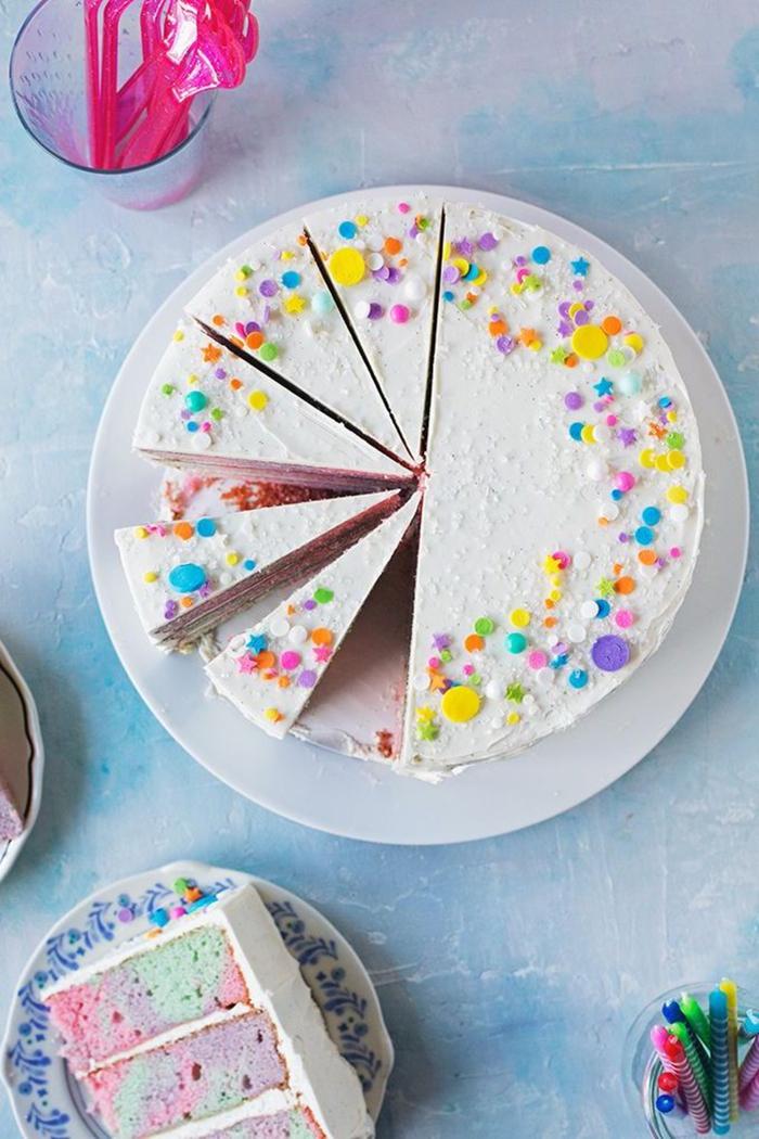 recette de layer cake marbré en tons pastel au glaçage de chantilly au mascarpone, saupoudré de confettis sucrés et colorés