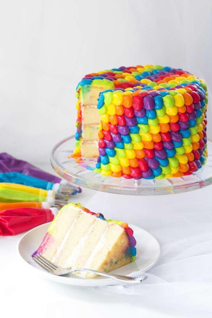 recette de layer cake à la vanille sans gluten, au glaçage aux couleurs de l'arc-en-ciel, décorée à la poche à douille