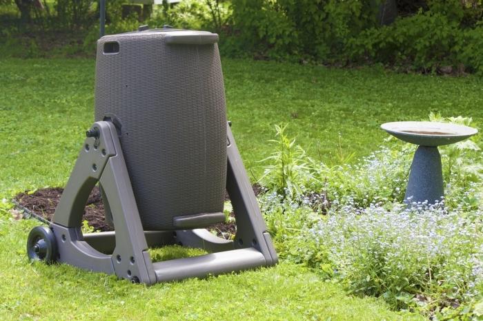 modèle de composteur de jardin en plastique avec support, idée comment diminuer les déchets ménagers