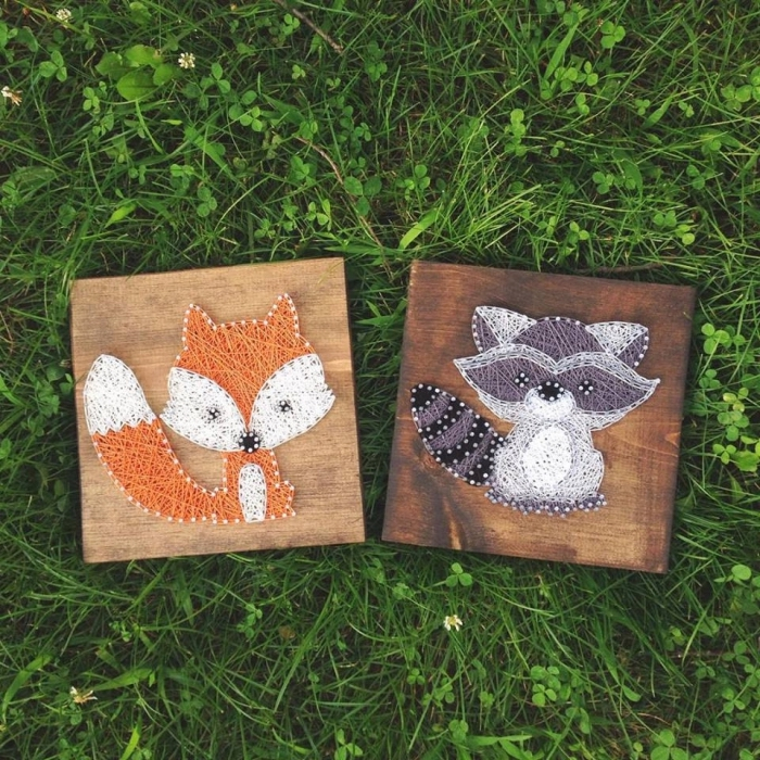 objet décoratif mural en forme carré de bois clair ou foncé avec créations en design animal en fil coloré à coudre