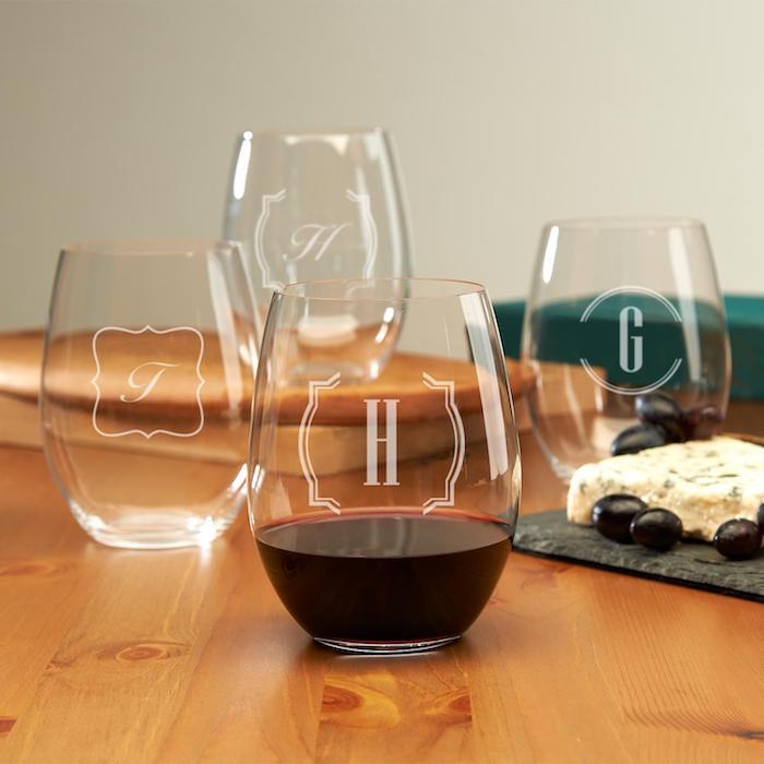Idée de cadeau pour couple amoureux nouvel appartement décoration glaces de vin personnalisées monogramme