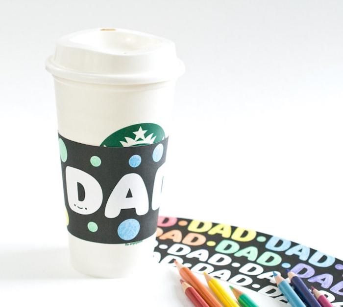 gobelet starbucks personnalisé d étiquette papa en lettres blanches sur fond bleu, idee fete des peres