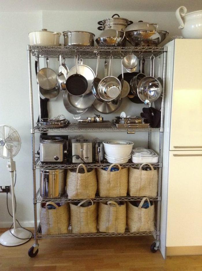 amenagement placard cuisine, etagere cuisine, meuble avec des étagères en métal, grandes casseroles suspendues, meuble de rangement cuisine