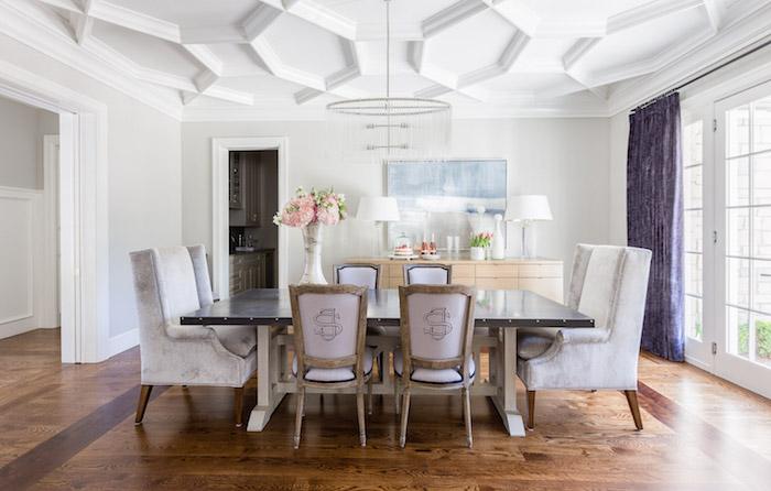 meubles de salle à manger style retro design avec plafond sculpté blanc et fauteuils velours blancs
