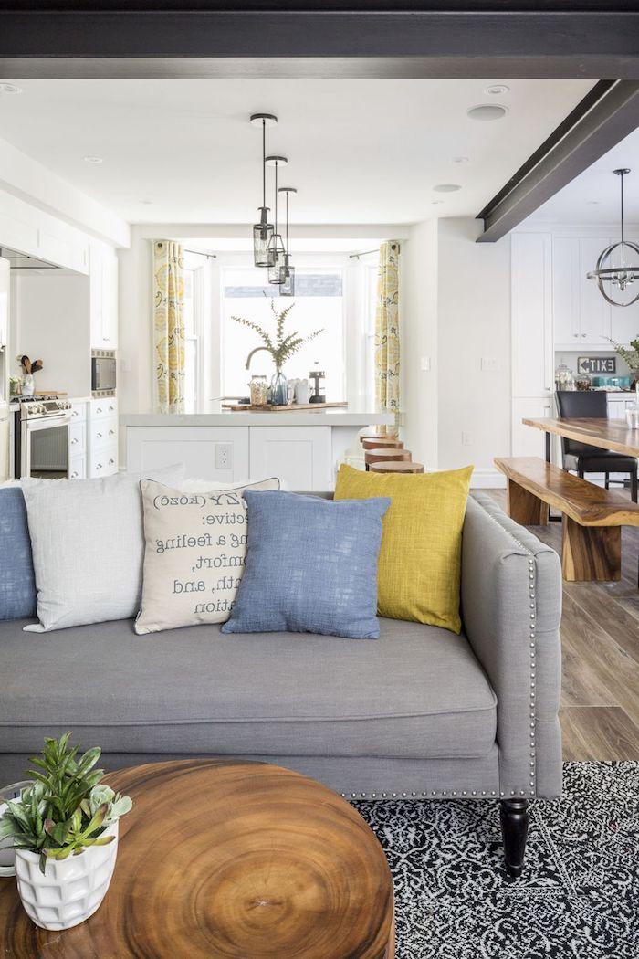 Deco moderne salon comment amenager salon salle a manger rectangulaire canapé gris avec trow pillows colorés