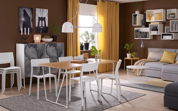 Aménager un salon en longueur comment amenager salon salle a manger rectangulaire table longue fonctionnelle chaises salle à manger canapé gris détails jaunes petite table basse de salon