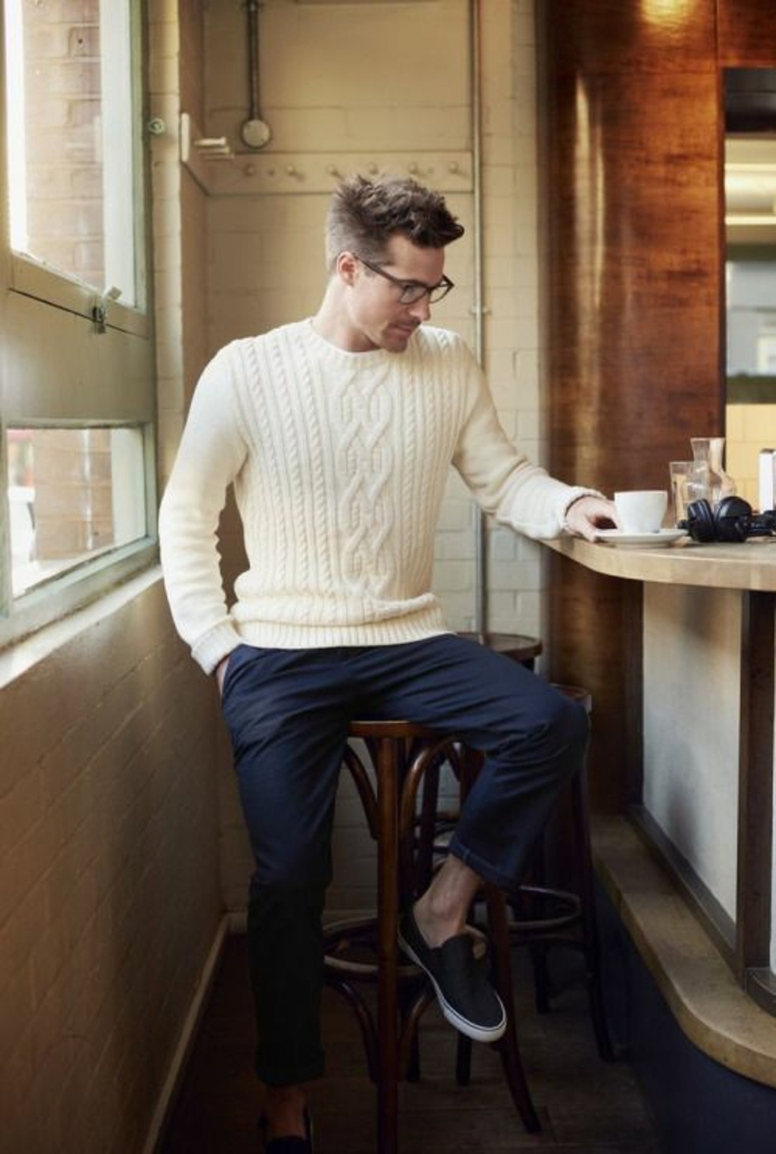 vetement homme marque, pull en ivoire avec des motifs décoratifs losanges, pantalon en bleu marine, baskets en bleu marine et semelles blanches, lunettes de vue grande monture noire