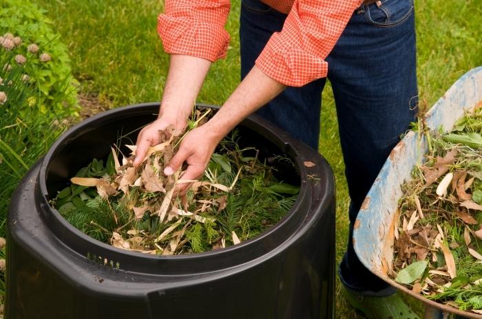 modèle de bac a composte en plastique noir et forme ovale à installer dans le jardin pour diminuer les déchets ménagers