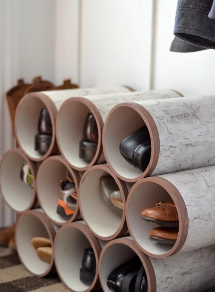 des tubes en pvc assemblés en meuble pour chaussures récup au design insolite