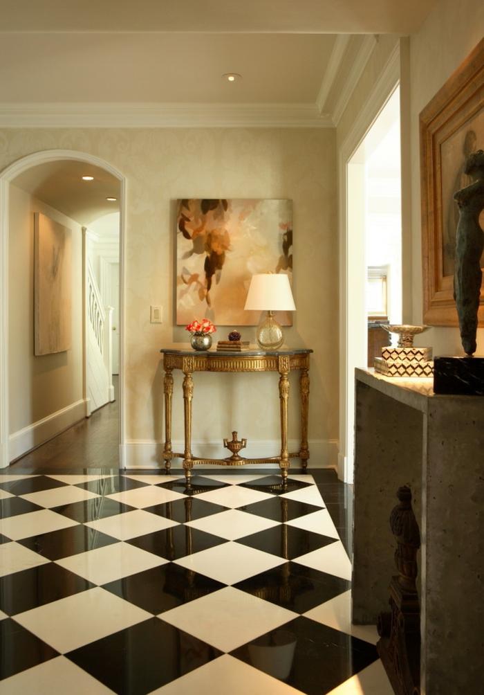 déco entrée maison en noir et blanc, console dorée et console en bois, papiers peints en couleur neutre