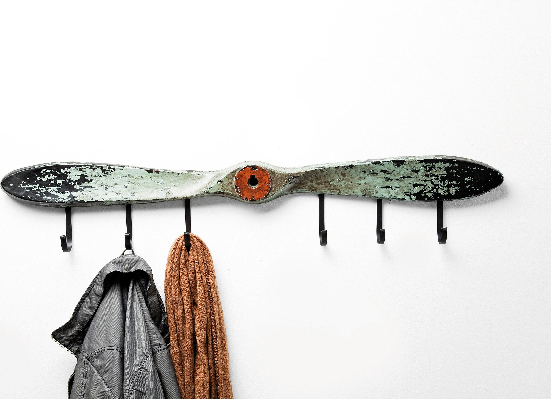 hélice vintage avec des accroches metalliques noires montées pour accroches manteaux, vetements et accessoires
