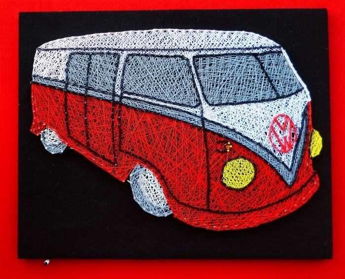 fabriquer un objet décoratif de style hippie, activité manuelle facile avec tableau noir et création hippie bus en fil rouge et blanc