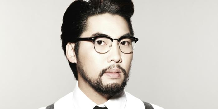 lunette rétro œil de chat pour homme, lunette de vue tendance, homme asiatique avec peau blanche et lunettes noires contrastantes avec son teint