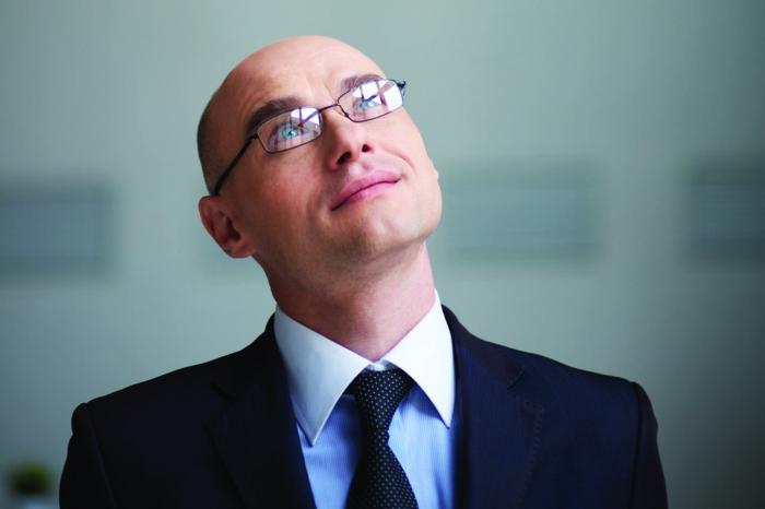 lunette de vue homme tendance, monture de lunette, modèle classique en métal noir, forme rectangulaire, homme d'affaires aux yeux bleus, aspect professionnel