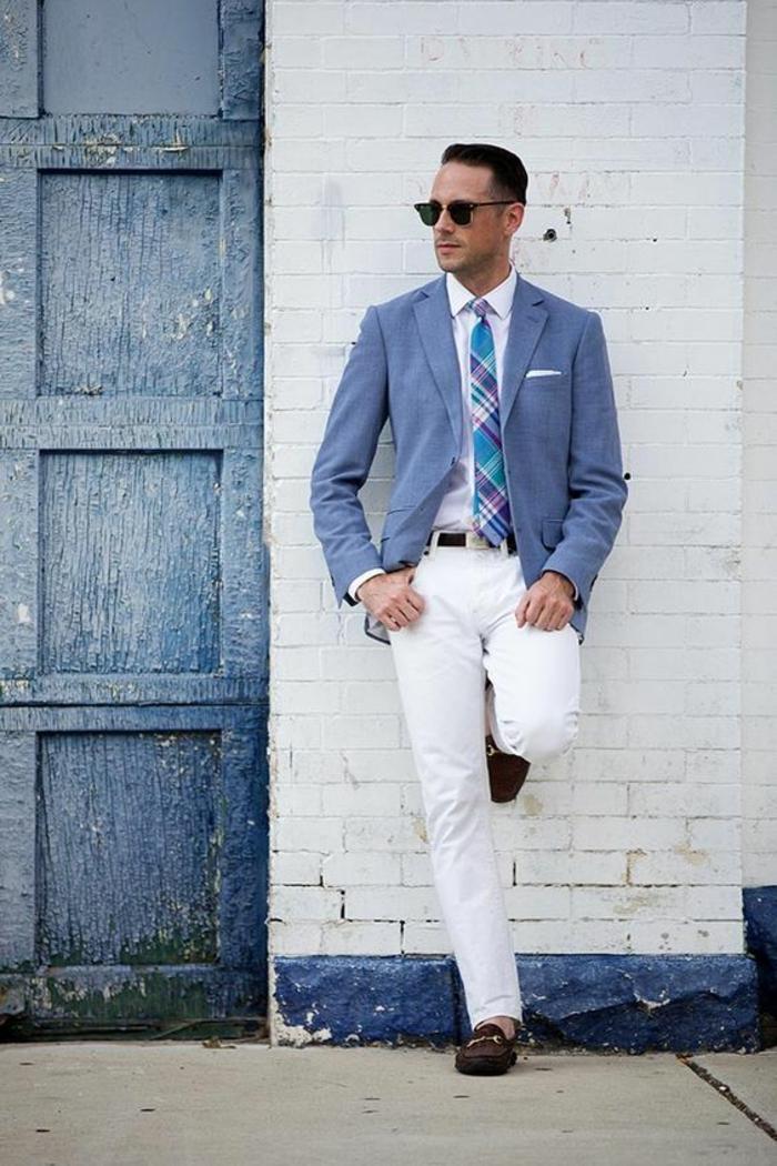 tenue classe homme, style vestimentaire homme, tenue homme chic, veste en bleu pastel, pantalon blanc, ceinture noire, mocassins noirs