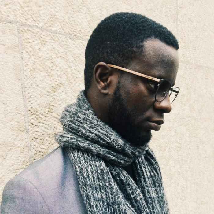 monture lunette homme, lunette tendance 2018, monsieur chic avec grosse écharpe en laine noir et blanc, veste couleur gris irisé, modèle monture actuel