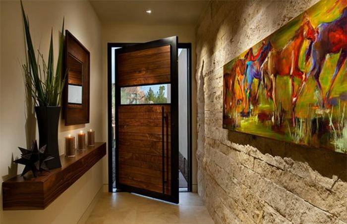 parement mural en bois, idée déco entrée maison splendide, peinture en couleurs vives, étagère avec vase noir et bougies