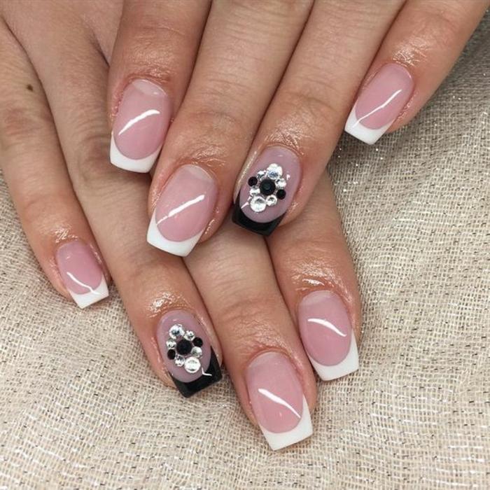 idee manucure de mariage, ongles rose pale avec bout blanc, déco en noir et argent