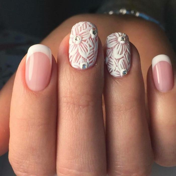 manucure en dentelle avec dessins fleurs avec bijoux en argent, ongles ovales