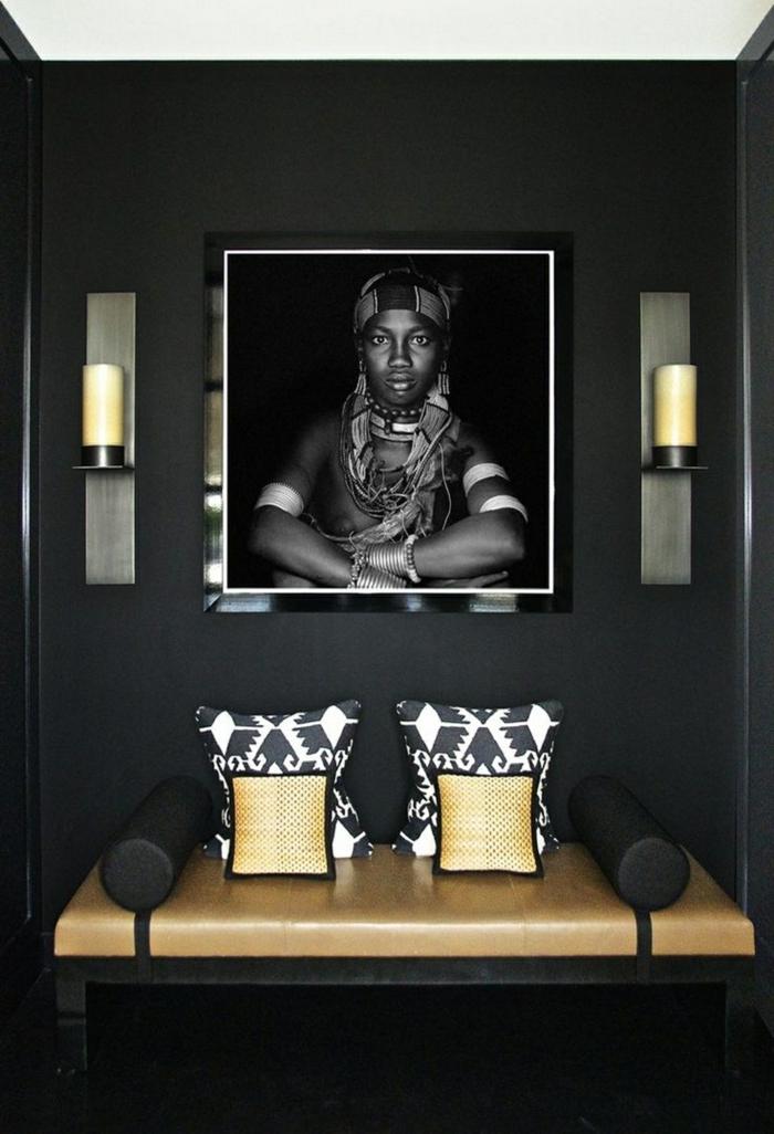 appliques murales près d'un portrait de garçon sauvage, décoration en couleurs terrestres, banquette en noir et beige