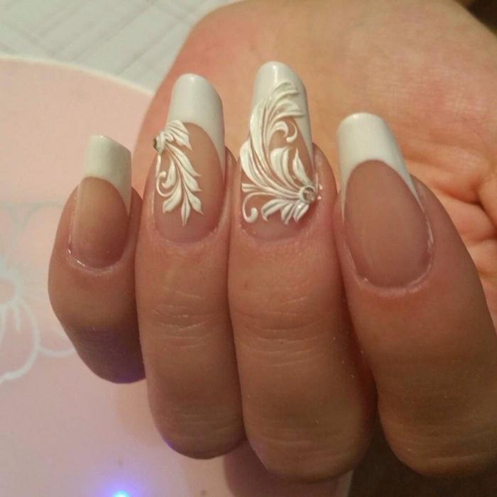 manucure classy pour ongles ovales, bouts en blanc, décos floraux 3d